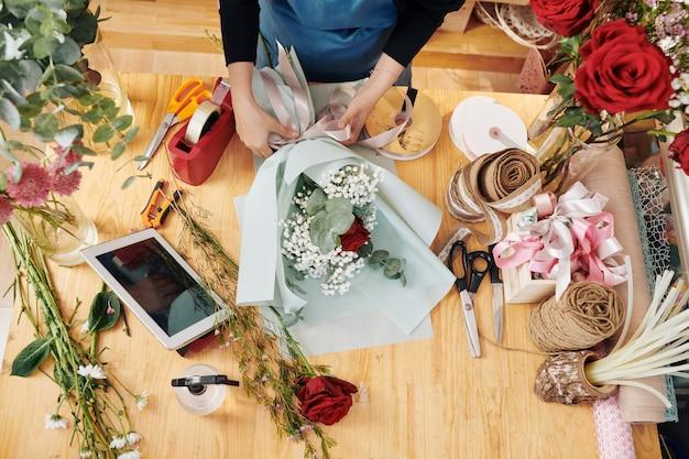Kwiaciarnia Dekorująca Bukiet Premium Zdjęcia