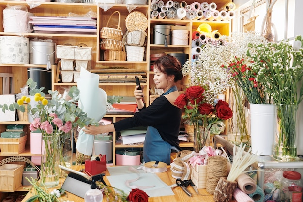 Kwiaciarnia Fotografująca Bukiet W Swoim Studio Premium Zdjęcia