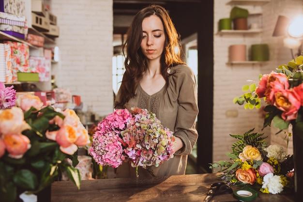 Kwiaciarnia Kobieta Na Jej Własny Sklep Kwiatowy Dbanie O Kwiaty Darmowe Zdjęcia