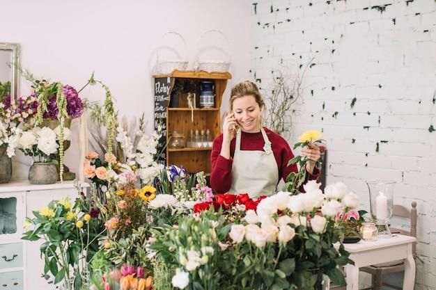 Kwiaciarnia Mówi Na Smartphone I Zbiera Kwiaty Darmowe Zdjęcia
