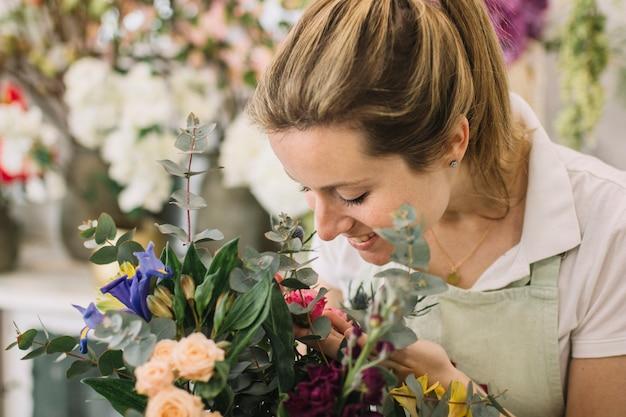 Kwiaciarnia Patrząc Na Bukiet Darmowe Zdjęcia