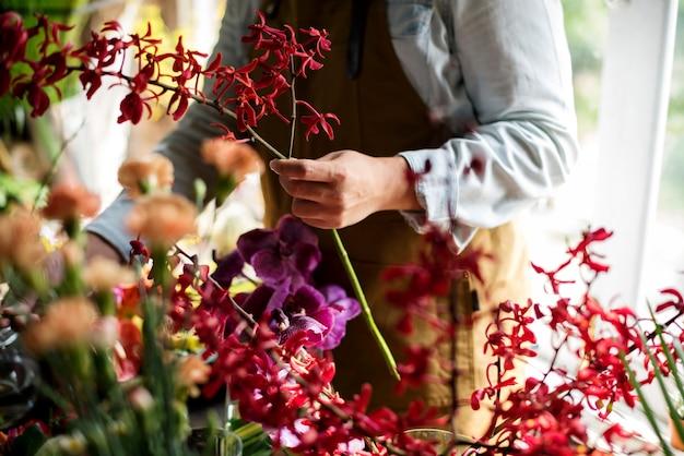Kwiaciarnia Pracuje W Kwiaciarni Rocznika Stylu Premium Zdjęcia