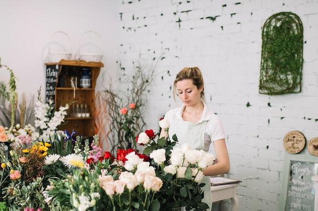 Kwiaciarnia Robi Bukiety Przy Stołem Darmowe Zdjęcia