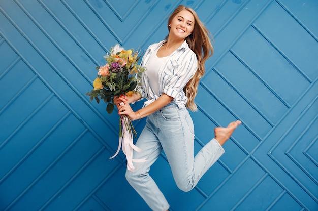 Kwiaciarnia robi piękny bukiet w studio Darmowe Zdjęcia