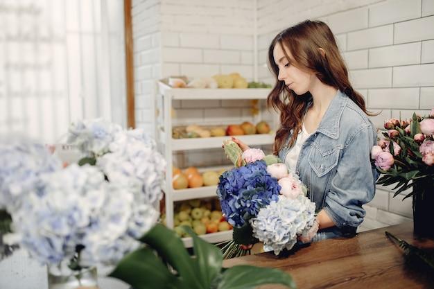 Kwiaciarnia w kwiaciarni robi bukietowi Darmowe Zdjęcia