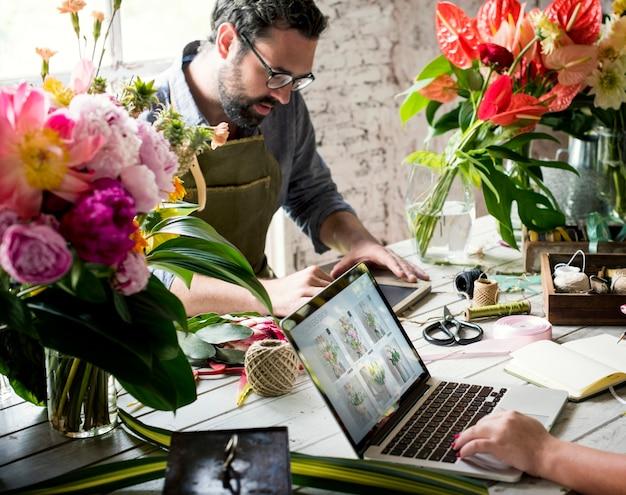 Kwiaciarnie Pracujące W Kwiaciarni Premium Zdjęcia