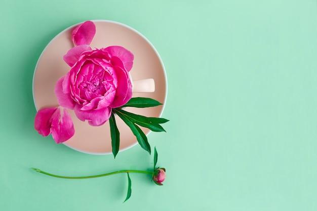 Kwiat, Piwonia Pączek Na Różowym Talerzu. Widok Z Góry Premium Zdjęcia