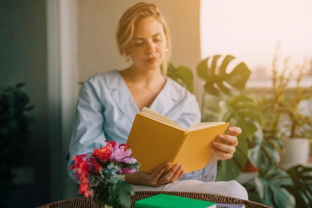 Kwiat Waza Przed Młodej Pięknej Kobiety Czytelniczą Książką Darmowe Zdjęcia