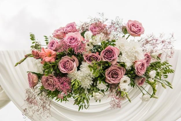 Kwiatowy Drewniany łuk Z Białą Tkaniną I świeżymi Fioletowymi Różowymi Białymi Kwiatami Z Zielonymi Liśćmi Na Rustykalnej ślubie. Premium Zdjęcia