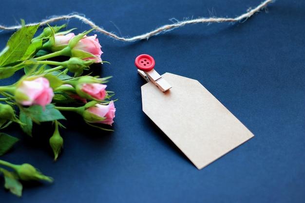 Kwiaty, Dekoracyjne Clothespins I Papier Do Notatek Na Ciemnym Tle. Pojęcie Gratulacje Na Wakacje Premium Zdjęcia