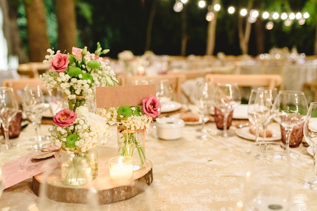 Kwiaty Ozdabiające Ozdoby Przy Pomocy Luksusowych Sztućców Na Stołach W Sali Weselnej. Premium Zdjęcia