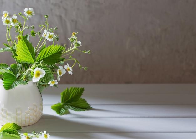 Kwiaty Truskawki W Wazie Na Starym Tle Premium Zdjęcia