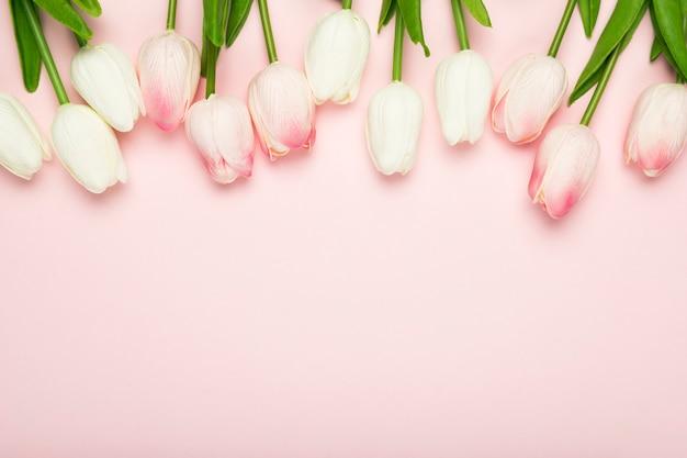Kwiaty Tulipany Wyrównane Na Stole Premium Zdjęcia