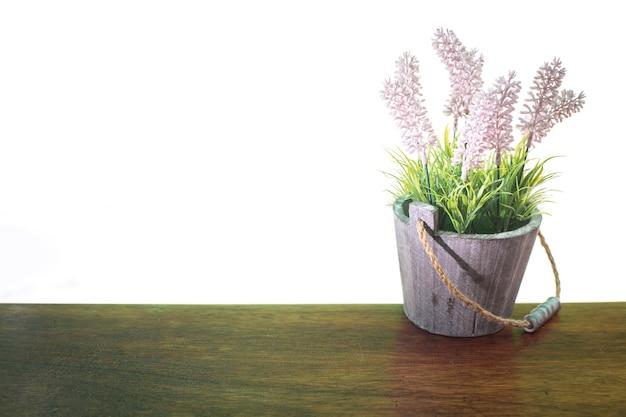 Kwiaty Używane Do Dekoracji Na Stole Drewna Z Białym Tłem Premium Zdjęcia