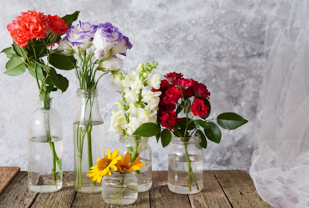 Kwiaty W Wazonach Na Drewnianym Stole Premium Zdjęcia