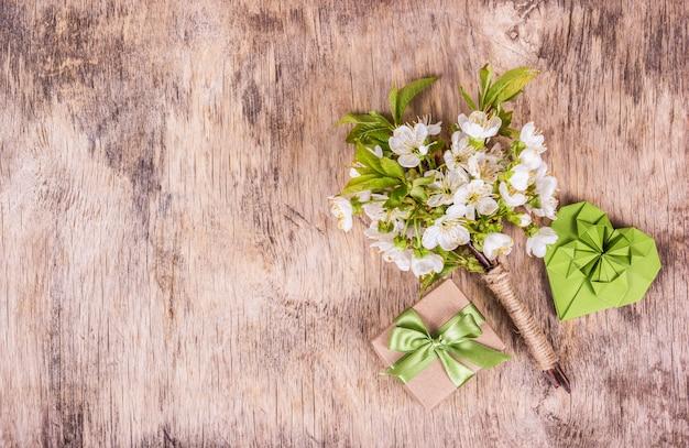 Kwiaty Wiśni, Papierowe Serce I Pudełko Na Drewniane Tła Premium Zdjęcia