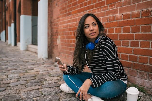 Łacińska Kobieta Używa Telefon Komórkowego. Darmowe Zdjęcia