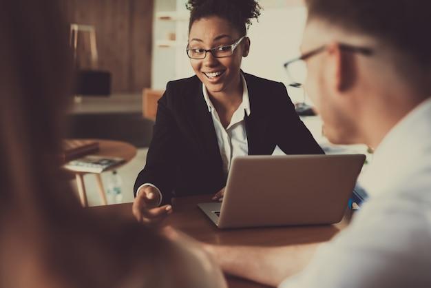 Łacińska kobieta z laptopem przechodzi wywiad. Premium Zdjęcia