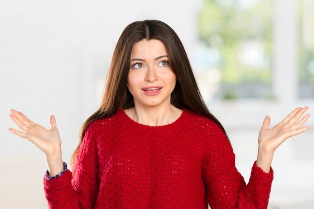 Ładna Biznesowa Kobieta Trzyma Jej Ręki Mówi, że Ona Nie Wie Premium Zdjęcia