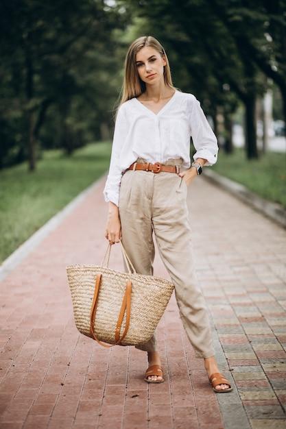 Ładna blondynki kobieta jest ubranym lata spojrzenie w parku Darmowe Zdjęcia