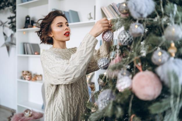 Ładna Brunetka W Ciepłym Swetrze W Domu Premium Zdjęcia