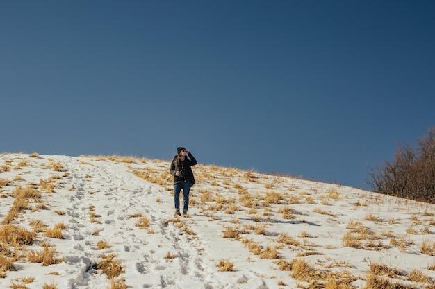 Ładna Dziewczyna Patrząc Na Piękny Widok Na Góry W Słoneczny Dzień. Premium Zdjęcia