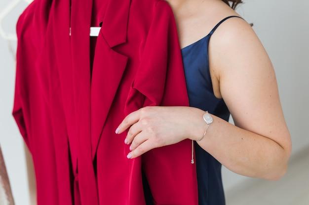 Ładna Dziewczyna Patrząc Na Sukienkę Przy Wyborze Odpowiedniego. Koncepcja Mody, Sprzedaży I Sklepu. Premium Zdjęcia