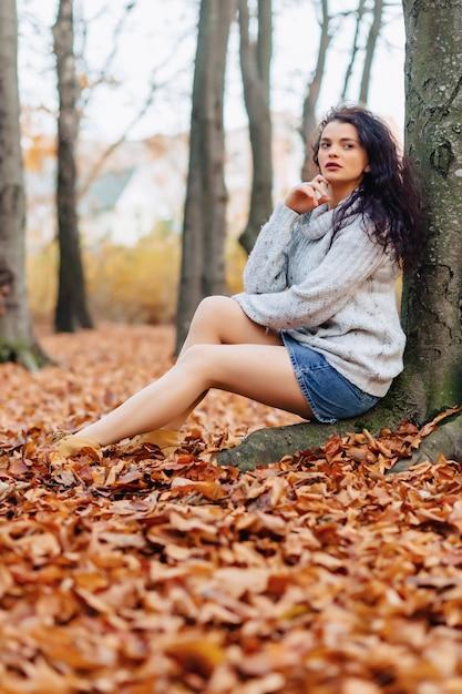 Ładna Dziewczyna Przy Jesień Parkiem Premium Zdjęcia