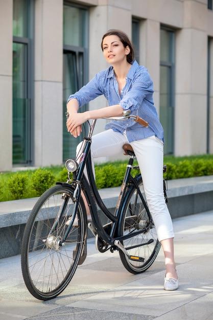 Ładna Dziewczyna Siedzi Na Rowerze Na Ulicy Darmowe Zdjęcia