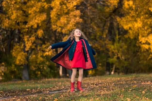 Ładna Dziewczyna Z Długimi Kręconymi Włosami W Jesiennym Parku Premium Zdjęcia