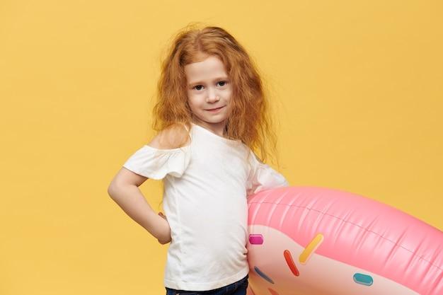 Ładna Dziewczyna Z Długimi Włosami Przytulanie Koło Nadmuchiwane Pływanie Darmowe Zdjęcia