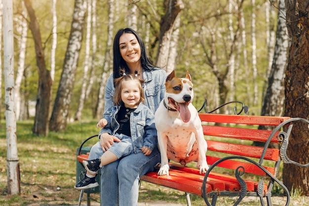Ładna i stylowa rodzina w wiosennym parku Darmowe Zdjęcia