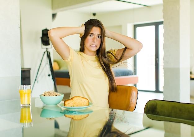 Ładna Kobieta Czuje Się Zestresowana, Zmartwiona, Niespokojna Lub Przestraszona, Z Rękami Na Głowie, Panikuje Podczas Pomyłki Premium Zdjęcia