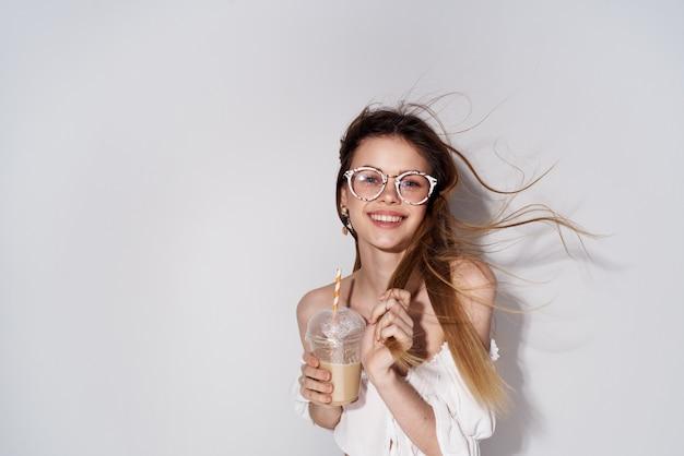 Ładna Kobieta Modne Okulary Dekoracja Uśmiech Szkło Z Pić Urok Jasnym Tle. Wysokiej Jakości Zdjęcie Premium Zdjęcia