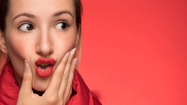 Ładna kobieta na czerwonym tle Darmowe Zdjęcia