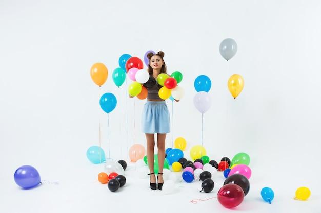 Ładna Kobieta Pozuje Z Kolorowymi Helowymi Balonami Po Dużego Przyjęcia Darmowe Zdjęcia