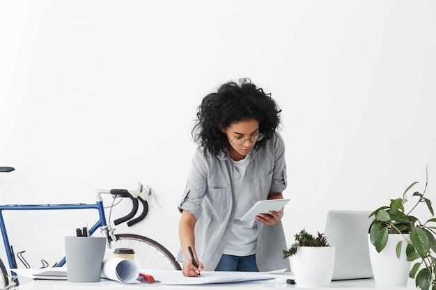 Ładna Kobieta Pracownica Projektowa O Obszernych Ciemnych Włosach Na Sobie Zwykłą Koszulę Darmowe Zdjęcia