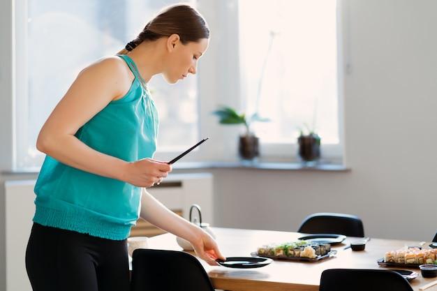 Ładna Kobieta Przygotowuje Przyjęcie Sushi Dla Swoich Przyjaciół Darmowe Zdjęcia