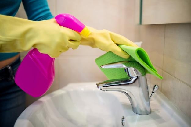 Ładna kobieta robi swoje obowiązki domowe Premium Zdjęcia