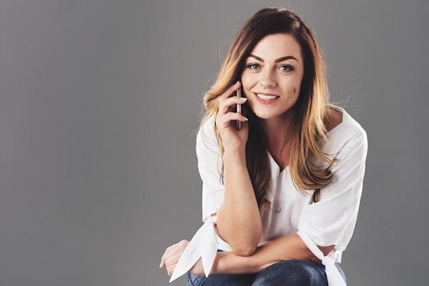 Ładna Kobieta Rozmawia Przez Telefon Darmowe Zdjęcia