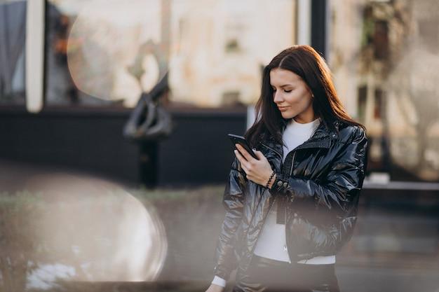Ładna Kobieta Używa Telefon Outdoors W Parku Darmowe Zdjęcia