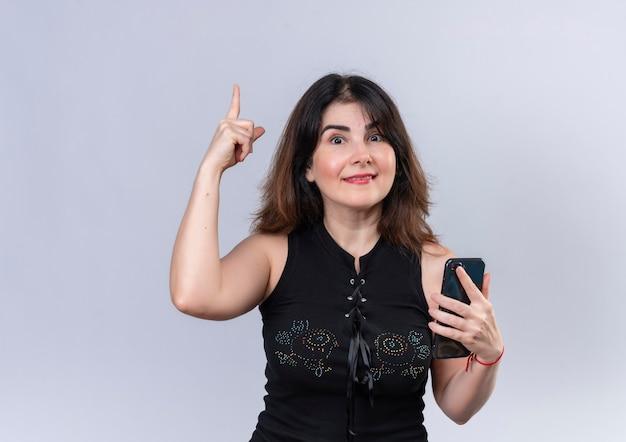 Ładna Kobieta W Czarnej Bluzce Szczęśliwie Za Nowy Pomysł Darmowe Zdjęcia