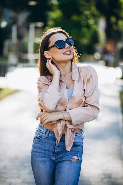 Ładna kobieta w lato stroju w parku Darmowe Zdjęcia