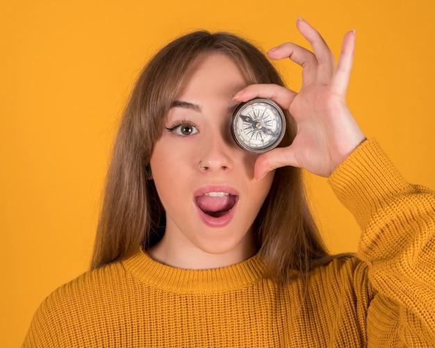 Ładna Kobieta Z Kompasem Na Twarzy Premium Zdjęcia