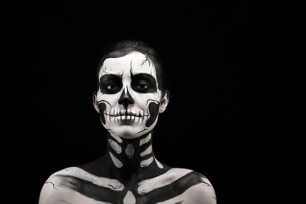 Ładna kobieta z szkielet tatuaż Premium Zdjęcia