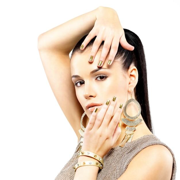 Ładna Kobieta Z Złote Paznokcie I Piękną Złotą Biżuterię Na Białym Tle Darmowe Zdjęcia