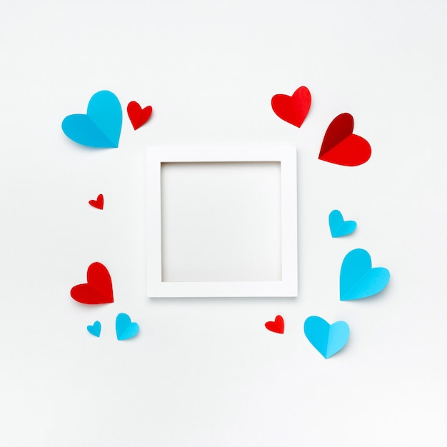 Ładna Kwadratowa Biała Ramka Z Copyspace Dla Tekstu Na Białym Tle Ozdobiona Ręcznie Robionymi Papierowymi Sercami Darmowe Zdjęcia