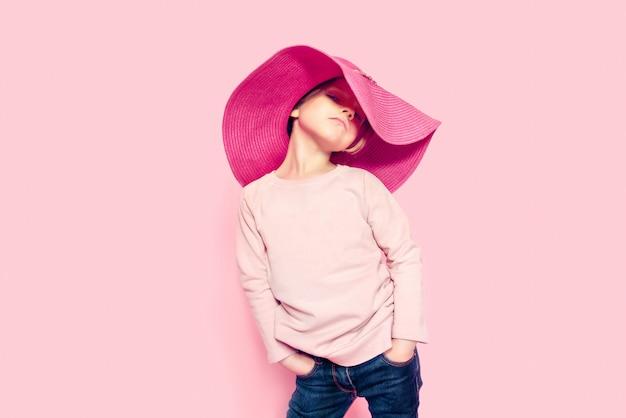 Ładna Mała Dziewczynka Jest Ubranym Różowego Lato Kapelusz Premium Zdjęcia