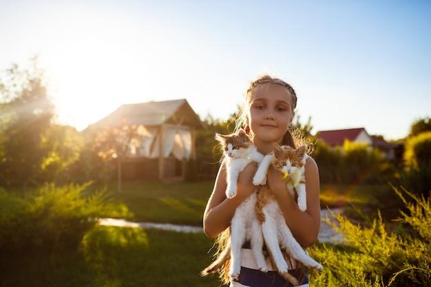 Ładna Młoda Dziewczyna Trzyma Kocięta, Uśmiechając Się Darmowe Zdjęcia