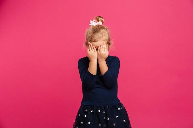 Ładna Młoda Dziewczyna Zakrywa Jej Twarz Podczas Gdy Być Darmowe Zdjęcia